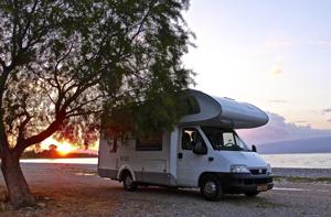 caravana-aparcada-en-playa