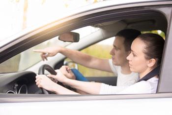 copiloto-ayudando-al-conductor-para-llegar-a-ubicacion