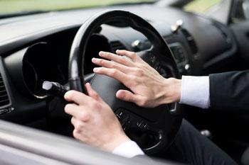 persona-tocando-claxon-en-coche