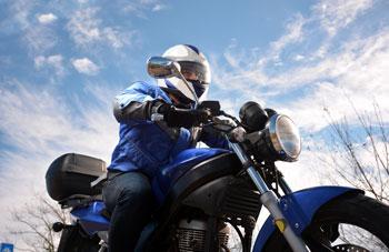 conduciendo-en-moto-con-frio