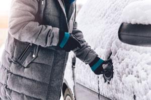 mujer-abriendo-el-coche-con-abrigo