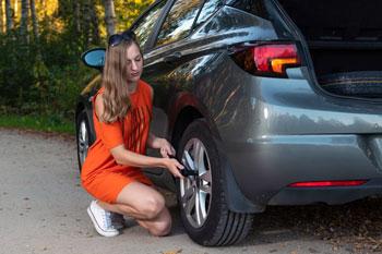 mujer-cambiando-la-rueda-del-coche