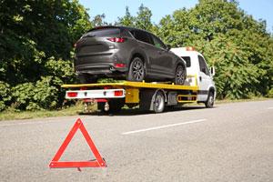 coche-remolcado-en-una-grua-asistencia-en-carretera