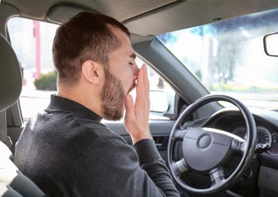 hombre-bostezando