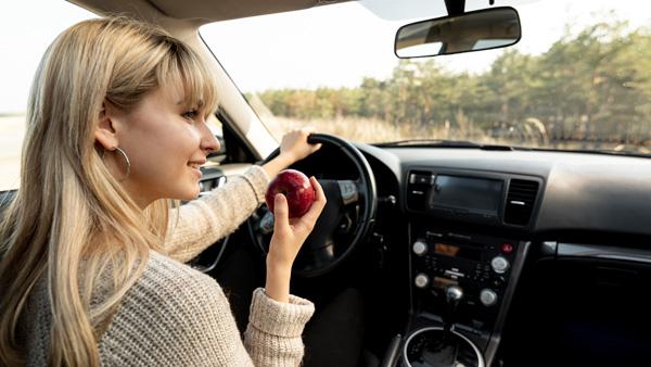 mujer-conduciendo-y-comiendo-una-manzada