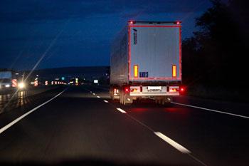 camion-conduciendo-por-la-noche