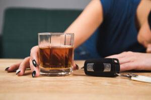mujer-bebiendo-copa-antes-de-conducir