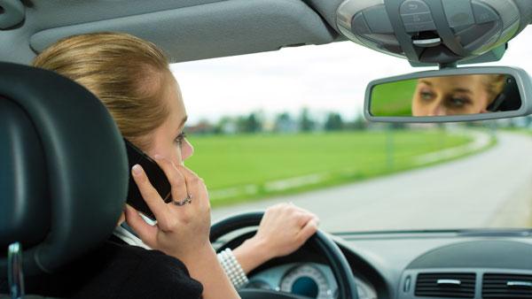 mujer-hablando-por-telefono-mientras-conduce